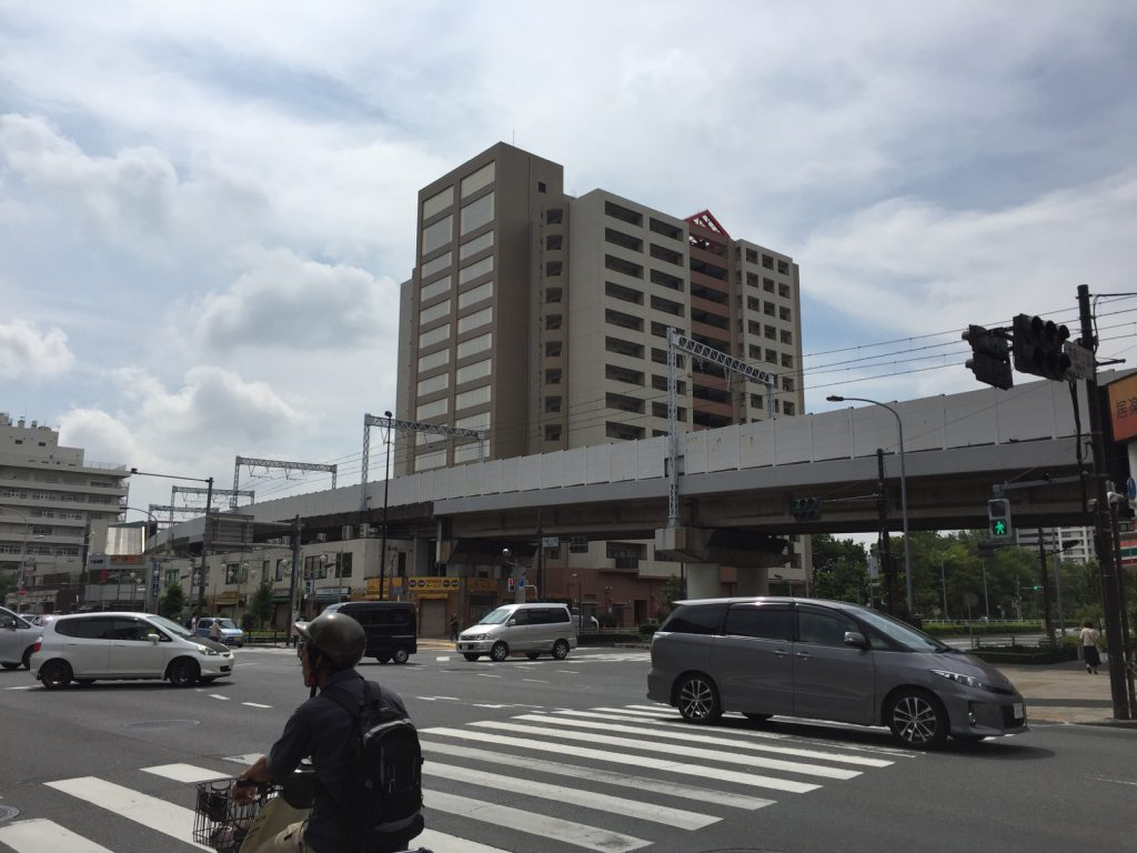 都営新宿線は東大島駅から高架線で荒川を渡る