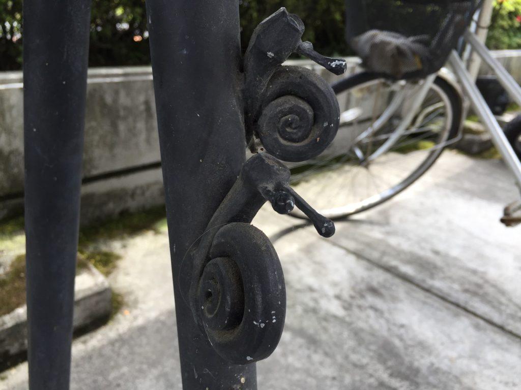 檜原村役場のバイクラックのカタツムリ